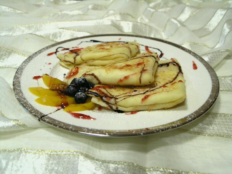 naleśniki z serem polane sosami w towarzystwie owoców